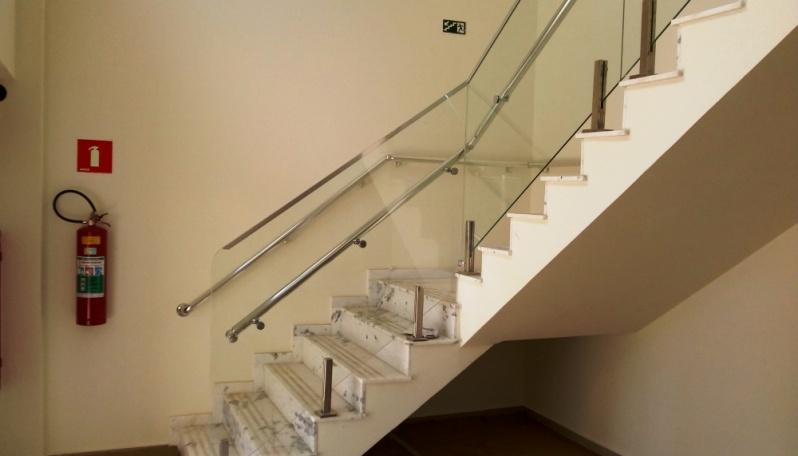 Corrimão de Alumínio Branco com Vidro Preço Araçoiaba da Serra - Corrimão de Alumínio para Escada Caracol